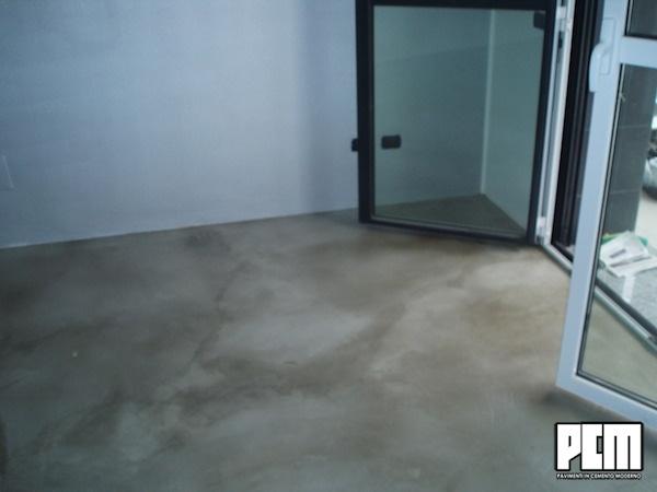 Pavimento in cemento spatolato soggiorno e loft - Piastrelle senza fughe ...